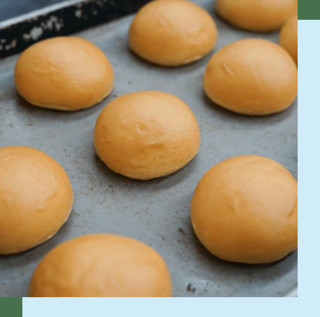 1日3万個以上のくりーむパンを手作りする製造工場